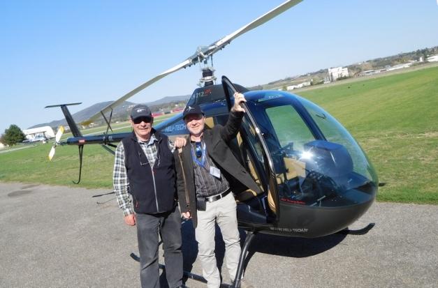 Entraînement au pilotage sur hélicoptère ultra-léger chez Heli-Tech à gauche : instructeur Jean-Paul Guyot, à droite : Reinhard Finke, correspondant AERO